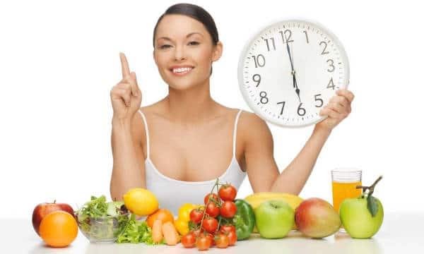 mujer-sosteniendo-reloj-dieta